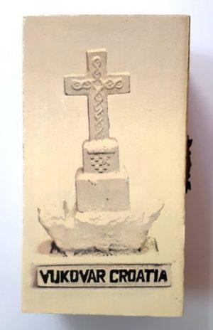 Drvena kutijica sa Vukovarskim vodotornjem ili bijelim križem-0